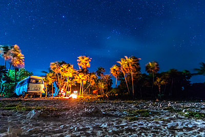 Mexico, Yucatan, Quintana Roo, Tulum, camper van on the beach at night with palm trees - p300m2081219 by Michael Malorny