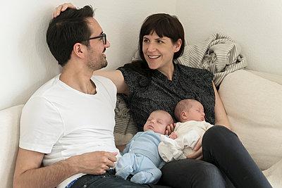 Familie mit Neugeborenen - p402m1201018 von Ramesh Amruth