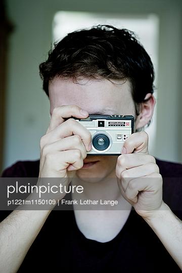 Junger Mann mit alter Kamera - p1221m1150109 von Frank Lothar Lange