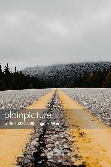 Highway in den Rocky Mountains in Kanada - p1455m2203780 von Ingmar Wein
