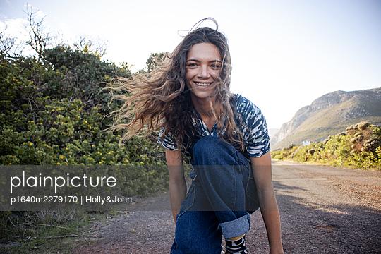Junges Mädchen mit Skateboard - p1640m2279170 von Holly&John