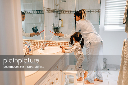 Girl and mother getting ready in bathroom - p924m2091348 by Sara Monika