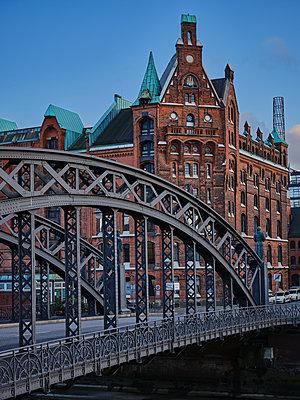 Bridge at Speicherstadt, Kontorhaus district, Hamburg - p1686m2288570 by Marius Gebhardt