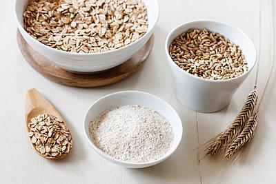 Rye ears, rye flakes, rye flour and rye grains - p300m1567926 by Eva Gruendemann