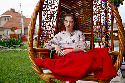 Caucasian girl sitting in hanging chair outdoors - p555m1521417 by Vyacheslav Chistyakov