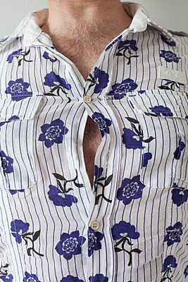 Man's shirt with flower pattern - p1040m1195498 by Dorothee Hörstgen