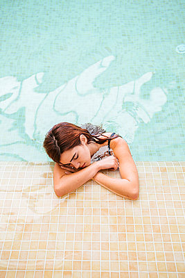 Young woman relaxing in swimming pool of a spa - p300m2132224 by DREAMSTOCK1982