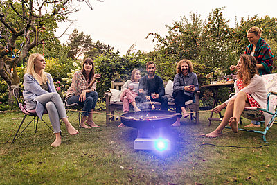 Friends in the allotment garden - p788m2037421 by Lisa Krechting