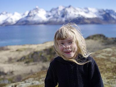 Blonde girl against mountain range - p945m1446192 by aurelia frey