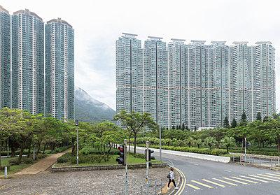 Moderne Hochhäuser mit Bergen im Hintergrund - p1208m1538803 von Wisckow