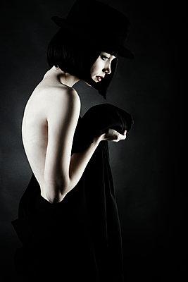 Caucasian woman wearing vintage clothing - p555m1311928 by Vladimir Serov