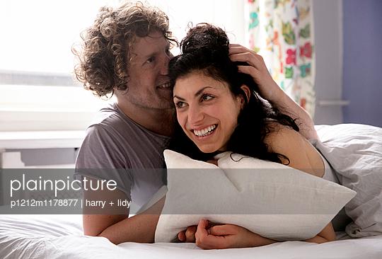 Paar im Bett - p1212m1178877 von harry + lidy