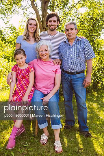 Portrait of three generation family in garden - p300m965303f by Mareen Fischinger