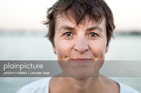 Frau am See - p552m1146864 von Leander Hopf
