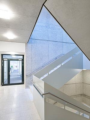 Modernes Treppenhaus - p280m1137366 von victor s. brigola