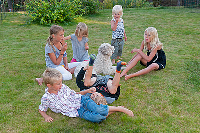 Kids sitting on lawn - p312m2052492 by Kenneth Bengtsson