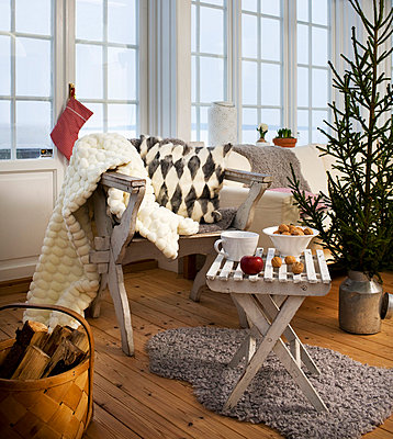Interior of Scandinavian living room with Christmas tree - p312m696012 by Hans Bjurling