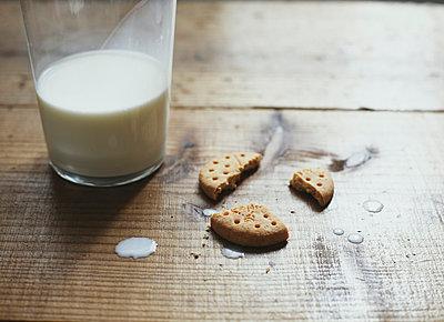 Zerbrochener Keks und verschüttete Milch - p5000206 von Yumiko Kinoshita