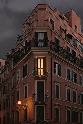 Beleuchtetes Fenster in Stadthaus - p946m951105 von Maren Becker