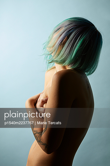 Naked young woman with dyed hair - p1540m2237767 by Marie Tercafs
