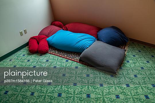 Kissen auf dem Fußboden - p397m1584166 von Peter Glass