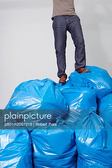 Mensch auf Müllberg - p801m2057219 von Robert Pola