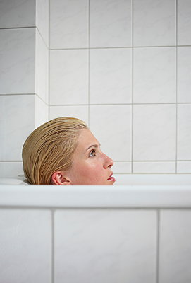 Woman taking a bath - p045m934821 by Jasmin Sander