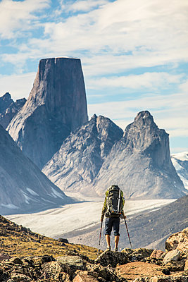 Rear view of backpacker approaching Mount Asgard Akshayak Pass, Canada - p1166m2190016 by Cavan Images