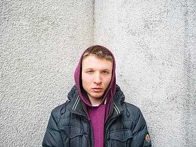 Mann mit Kapuze - p1267m1558598 von Wolf Meier