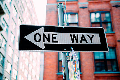 USA, New York City, one way sign - p300m1581048 von Gemma Ferrando