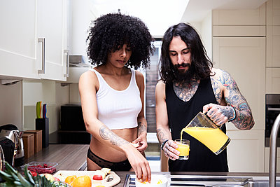 Young couple preparing healthy meal in kitchen - p300m2103601 von Ivan Gener