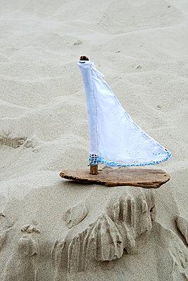 Schiffchen aus Strandgut - p451m1057388 von Anja Weber Decker