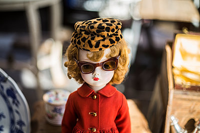 Flea, a doll dressed up in coat, sunglasses and hat, retro, 50s.   - p847m1152049 by Johan Strindberg