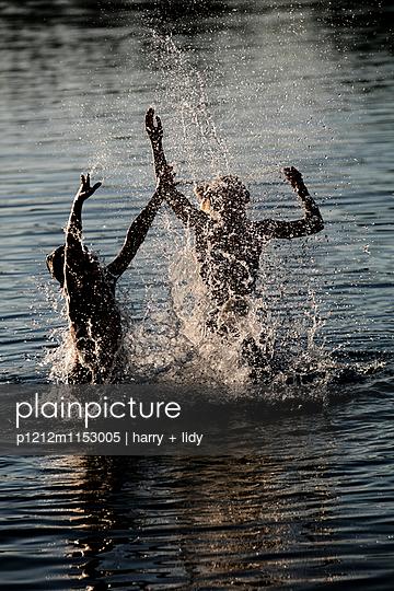 Kinder im Wasser - p1212m1153005 von harry + lidy
