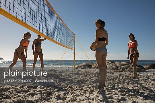 plainpicture - plainpicture p1315m2014097 - Female volleyball players p... - plainpicture/Wavebreak