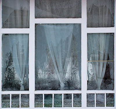 Austria, Window with ice crystal - p300m879713 by Wolfgang Weinhäupl