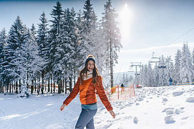 Young woman enjoying her winter holiday - p586m2005125 by Kniel Synnatzschke