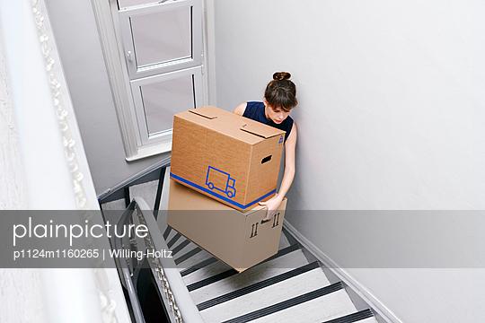 Frau mit Umzugskartons im Treppenhaus - p1124m1160265 von Willing-Holtz