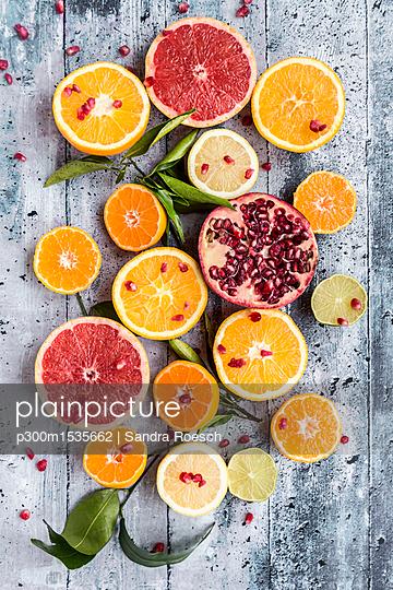 plainpicture - plainpicture p300m1535662 - Various citrus fruits, oran... - plainpicture/Westend61/Sandra Roesch