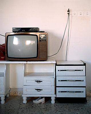 Fernseher auf altem Sidebaord - p1270m1114368 von Jean Marc Tingaud