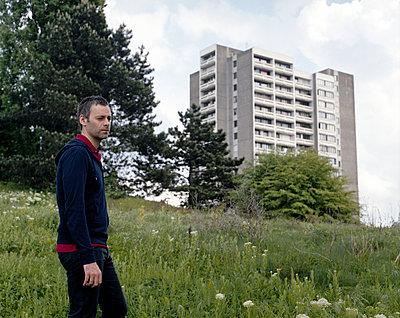 Man in einem Park vor einem Hochhaus - p1409m1466421 von margaret dearing
