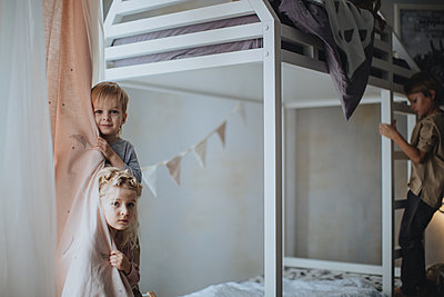 Kids playing in kids room - p1414m1590584 by Dasha Pears