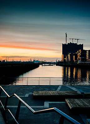 Germany, Hamburg, view from the Marco Polo Terraces to  the Elbe Philharmonic Hall at dusk - p300m1019279f by Kristian Peetz
