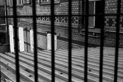 fabrik-hinterhaus mit zugemauerten fenstern - p6270331 von Andreas Trogisch