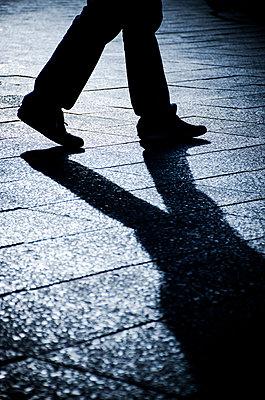 Mann bei Nacht in der Stadt - p794m1035079 von Mohamad Itani