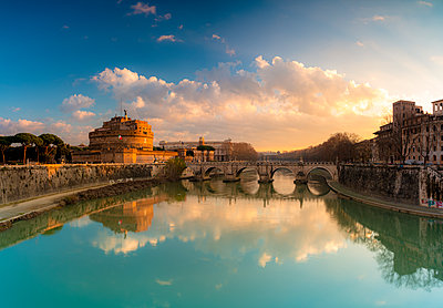 Panoramic of Castel Sant'Angelo, UNESCO World Heritage Site, and River Tiber at sunrise, Rome, Lazio, Italy, Europe - p871m2209744 by Roberto Moiola