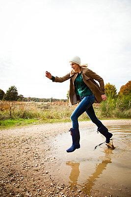 Durch eine Pfütze laufen - p904m740464 von Stefanie Päffgen