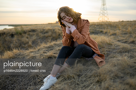 Junge Frau in der Natur - p1646m2228920 von Slava Chistyakov