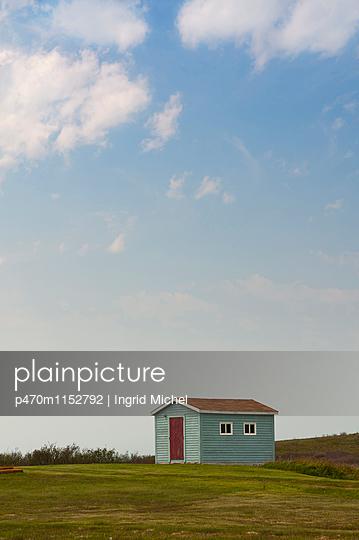 Blaue Holzhütte in Kanada - p470m1152792 von Ingrid Michel