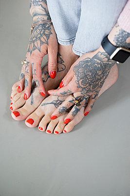 Tätowierte Füße und Hände - p1212m1440184 von harry + lidy